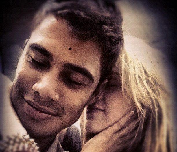 Micael Borges e Sophia Abrahão trocam carinhos durante a turnê ...