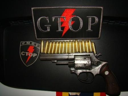 Um revólver calibre 38 com seis munições intactas e outras 11 que estavam no bolso do homem foram apreendidas