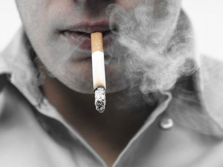 Como parar de fumar: o gatilho da coerência funciona muito mais quando é assumido um compromisso público.