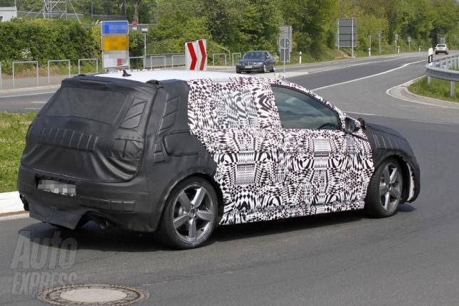 Segundo a Auto Express, o novo Golf será um veículo com desenho mais esportivo. O para-brisa de inclinação acentuada, a grade menor e as luzes diurnas de L...