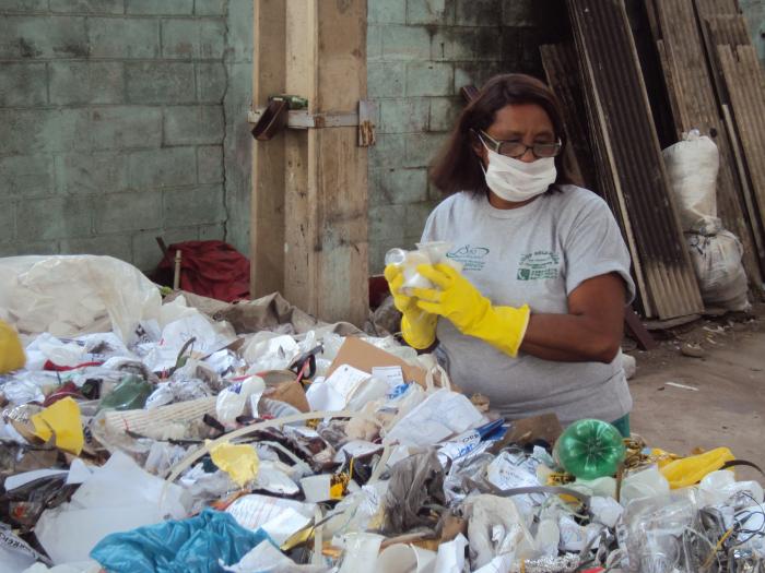 Catadores de lixo do Rio reclamam de abandono e fazem apelo a ...