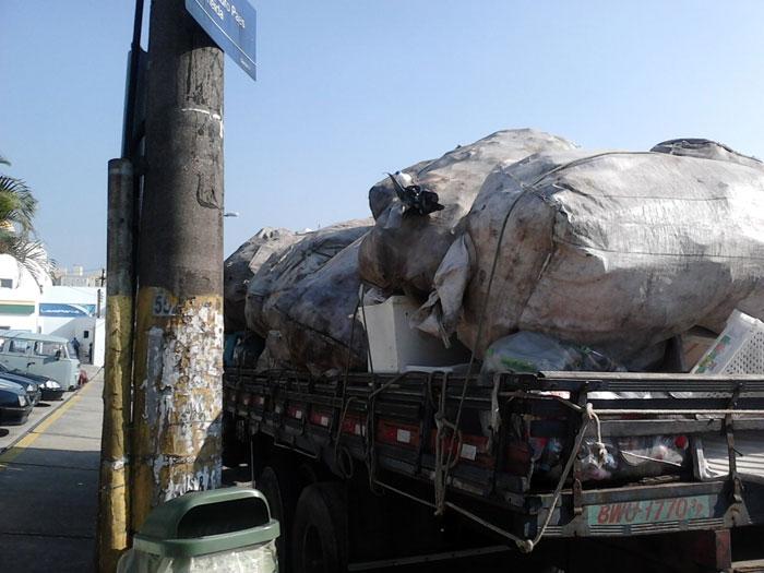 GCM flagra caminhões de entulho irregulares em SP