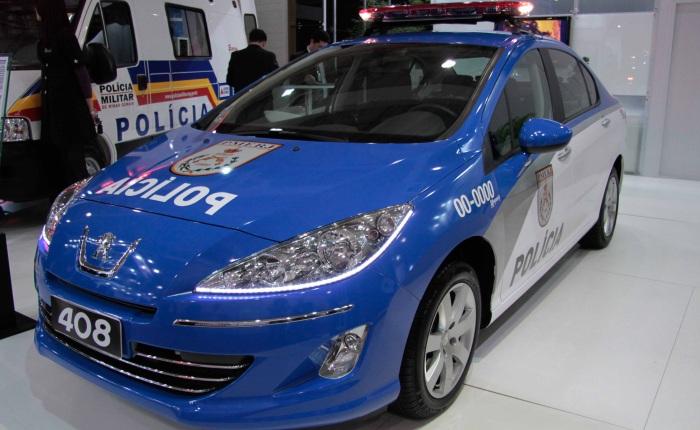 O Peugeot 408 também deu as caras, caracterizado como viatura da Polícia Militar do Rio de Janeiro. Seu destaque fica por conta das luzes de LED nos faróis...