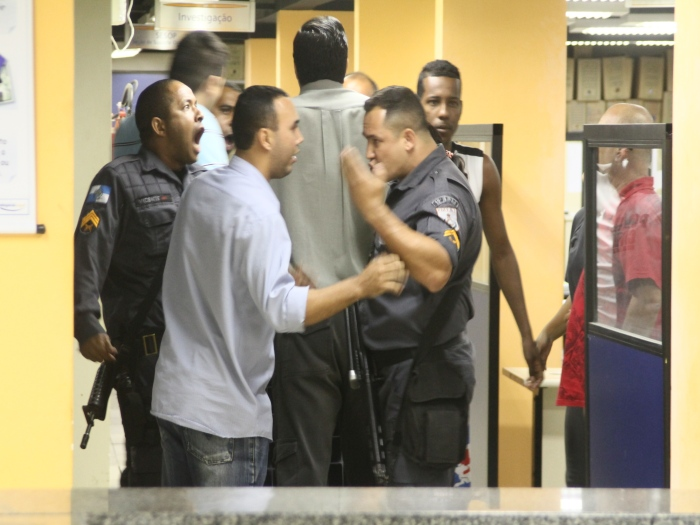 Confusão na DP: delegado diz que faltou paciência aos PMs no ...