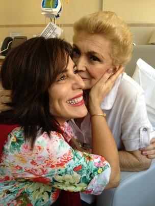 Gloria Pires visita Hebe Camargo no hospital