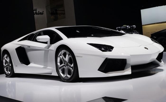 """Além de bonitos, estes quinze carros são os mais """"nervosos"""" à venda no mercado brasileiro.O Lamborghini Aventador, modelo mais potenteda lista,com """"apen..."""