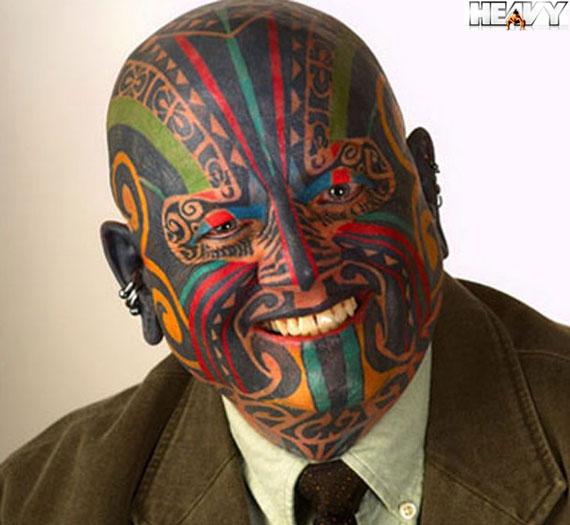 Você teria coragem de fazer tatuagens no seu rosto? Bom, muita gente ...