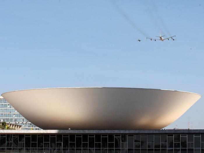 Mega-avião da Força Aérea abastece caças em pleno ar - Foto 5 ...