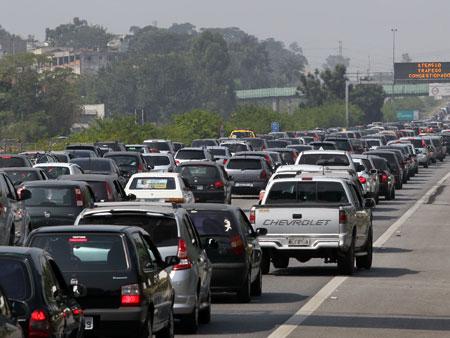 Trânsito é lento nas estradas para o litoral paulista nesta tarde de sábado