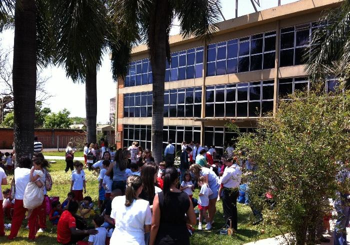balada de um banco de jardim os azeitonas : balada de um banco de jardim os azeitonas:imagens: escola de educação canadense pega fogo durante festa de