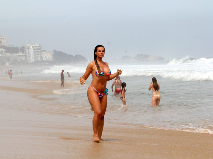 Sheron Menezes Caminha O Namorado Na Orla Da Praia Veja Mais
