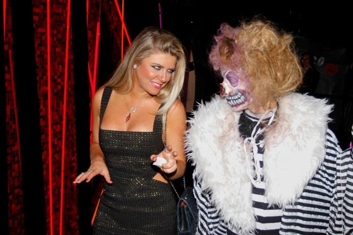 Iris Stefanelli sensualiza com monstro durante festa - Foto 1 ...