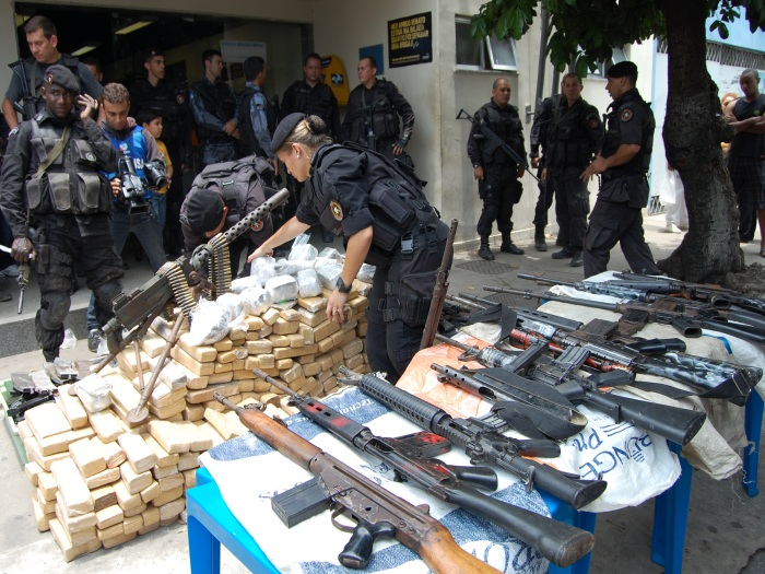 Bope apreende 13 armas e 500 kg de maconha na Mar&eacute; - Rio de ...