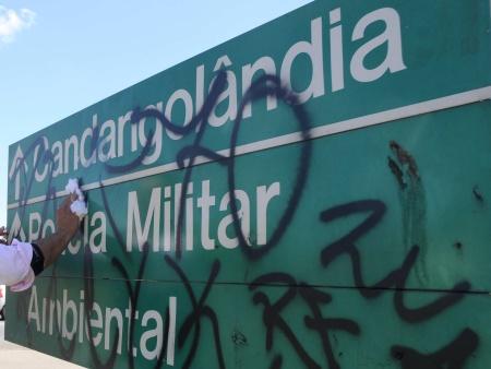 Vandalismo e ação do tempo danificam 200 placas de trânsito por mês no DF