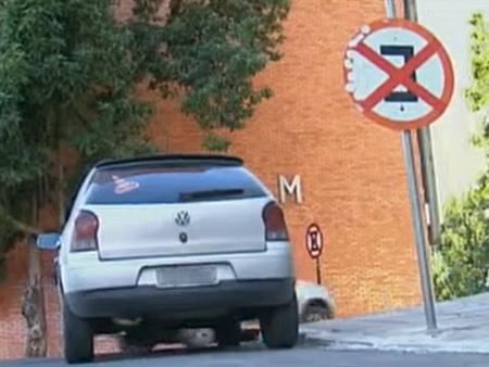 Operação multa e guinha veículos estacionados irregularmente