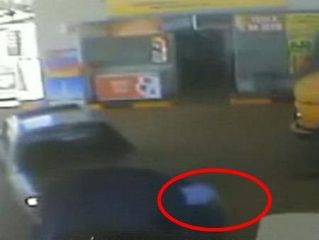 Motorista de caminhonete atropela frentista dentro de posto de gasolina e foge sem prestar socorro