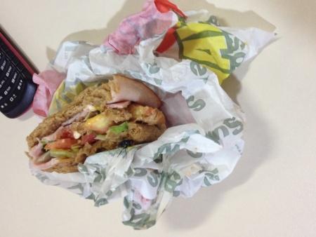 Cliente encontra mosca viva em sanduíche da Subway no DF