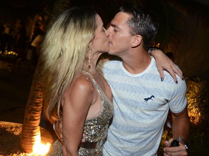 Dani Winits beija muito no Ano-Novo e quase paga peitinho - Foto 2 ...