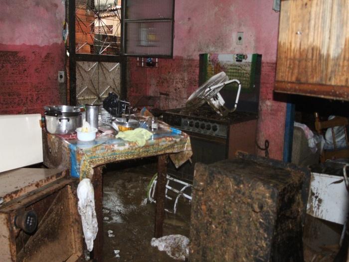 Moradores de Xerém perdem tudo após água de chuva invadir suas ...