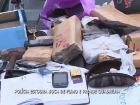 Com eles, polícia encontrou drogas, R$ 450 em dinheiro, uma nota falsa de R$ 100, caderno, faca, marreta, balança de precisão, dólares e até notas de pesos colombianos