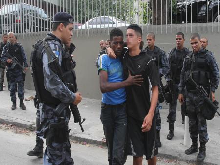 Polícia prende 8 suspeitos de tráfico e apreende dois adolescentes em operação no Lins