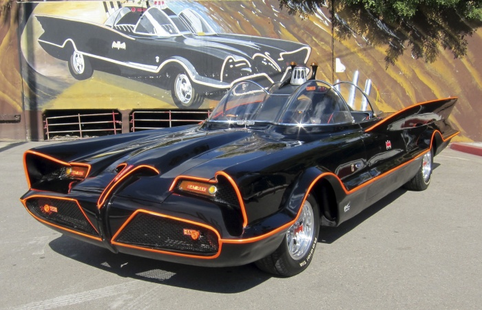 Um dos carros mais famosos da televisão acaba de ganhar um novo dono. Criado por George Barris, o Batmóvel usado na série de televisão da década de 60 foi ...