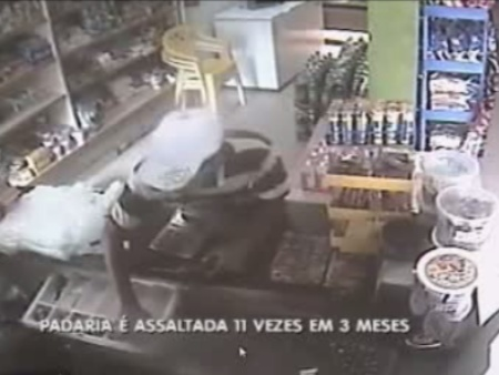 Bandido ameaça funcionária com arma e leva R$ 150 do caixa