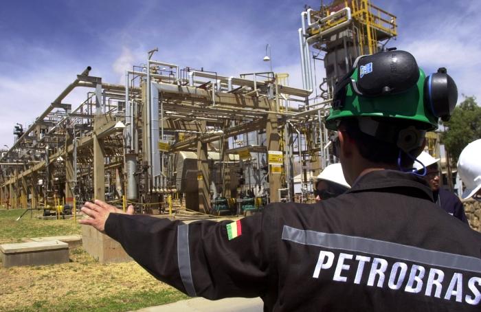 Boliviano na sede da Petrobras; em 2006, relações de Brasil e Bolívia se abalaram com tentativa de nacionalização