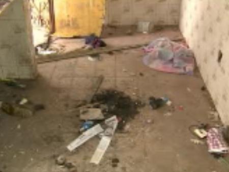 Casa está abandonada há mais de um ano. Moradores de rua usam o local para consumir drogas