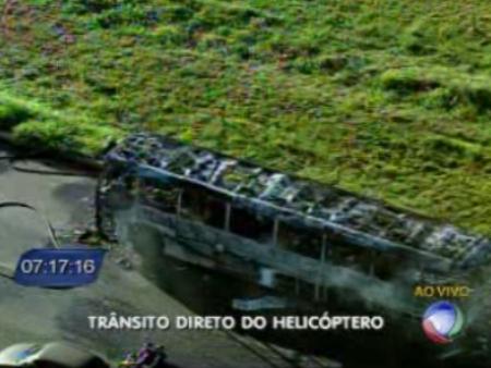 Bombeiros conseguiram controlar o incêndio. Ônibus ficou totalmente destruído