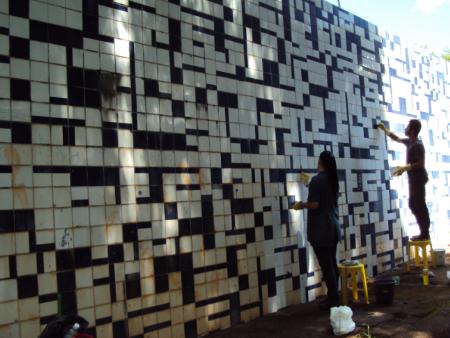 Trabalhadores limpam e começam processo de restauração dos painéis na Escola Classe 407 Norte