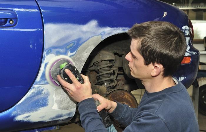 Antes de vender faça reparos de grandes danos no veículo, como amassados e peças quebradas. Mas não precisa tentar apagar riscos pequenos, como explica Ilí...