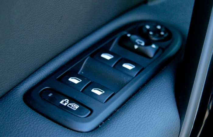 """Se o seu carro for uma versão de entrada """"pelada"""", ou seja, sem equipamentos, pode valer a pena adicionar acessórios originais ao veículo. Itens como vidro..."""