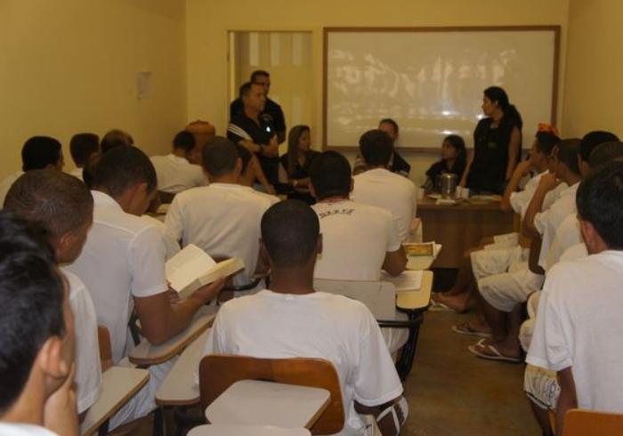 Projeto remissão de pena: presos poderão ser beneficiados com 48 dias a menos na prisão se lerem uma obra literária por mês e fizerem uma resenha sobre o livro a cada 30 dias