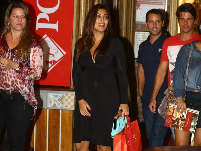 Juliana Paes comemora anivers&aacute;rio em churrascaria e sai cheia de ...
