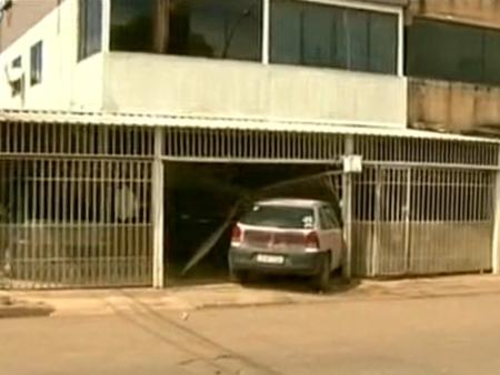 Carro dirigido por motorista bêbado invade casa