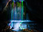 Fotógrafos transformam cachoeiras em paisagens psicodélicas com bastões de neon