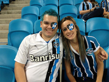 Indignada, torcedora que perdeu audiçãoo diz que rojão partiu da torcida do Grêmio