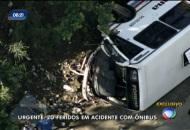 Ônibus tomba e deixa ao menos 20 feridos