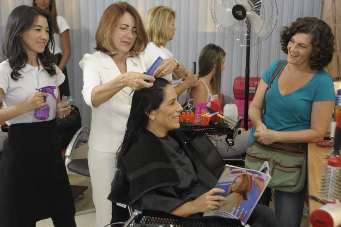 Gloria Pires cortando o cabelo