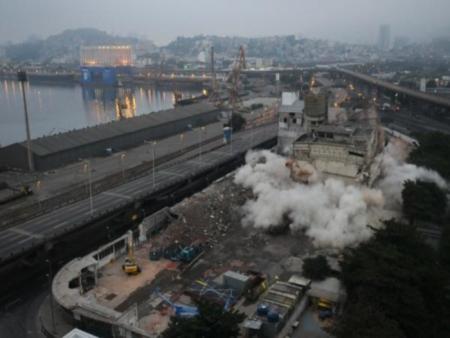 Implosão do antigo moinho Marilu dura sete segundos