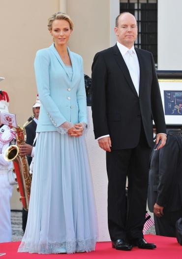 Charlene Wittstock apostou no mix longocom casaco em seu casamento civil com o príncipe Albert de Mônaco. A princesa optou por peças no mesmo tom de azul ...