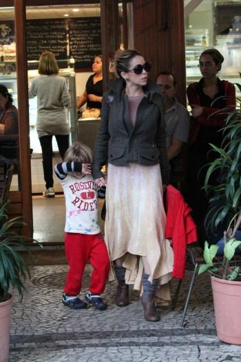 Danielle Winits optou por usar um visual mais despojado. A atriz combinou o vestido em degradê com casaco estruturado. Para completar o look, botas com mei...