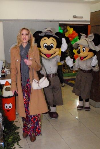 Gianne Albertoni, apresentadora do Hoje em Dia, da Record,combinou um vestido supercolorido com um casaco caramelo longo. Para completar o look, cachecol ...