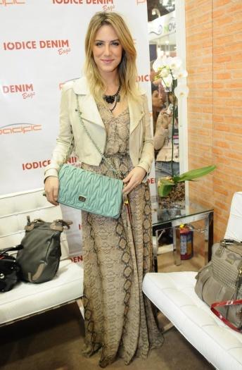 Giovanna Ewbank optou por usar um vestido longo com estampa de animal print com jaqueta de couro em tom parecido com o do vestido. Para quebrar a monotonia...