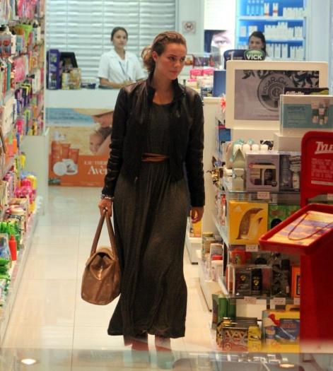 Paola Oliveira misturou vestidão de tecido leve com jaqueta de couro. O cintinho deu charme à produção