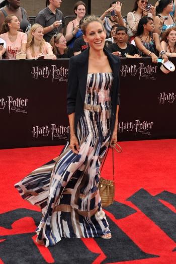 Sarah Jessica Parker combinou o blazer com um vestido longo em tons de marrom para ir a estreia do último filme da série Harry Potter. A atriz deixou o loo...