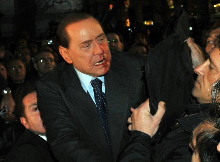 O primeiro-ministro da Itália, Silvio Berlusconi, foi agredido por um homem com problemas mentais no dia 13 de dezembro de 2009, durante um comício em Milã...