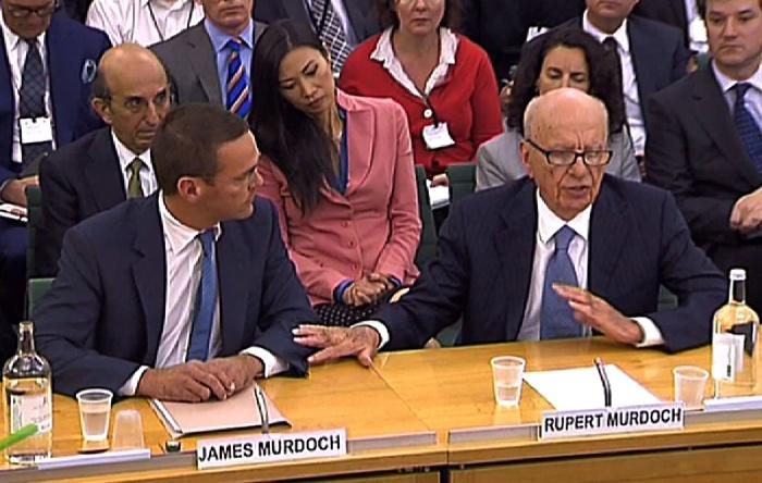 Rupert Murdoch e seu filho James Murdoch pediram perdão no Parlamento pelos grampos telefônicos do tabloide News of the World. O magnata, de 80 anos, prest...