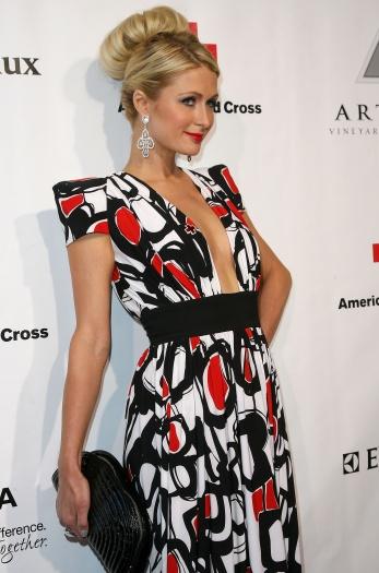 Paris Hilton foi clicada usando uma versão de coque estilizada. Neste dia, ela deixou o penteado mais frouxo eo resultado foium coque largo e grandão